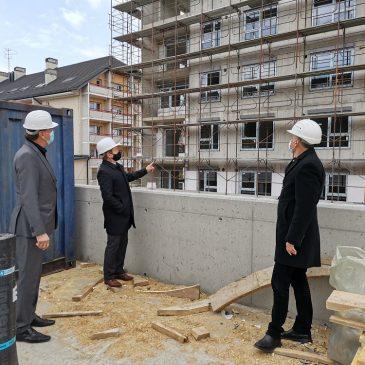 Na sliki je prikazan del večstanovanjskega objekta Čardak v Črnomlju. Pred njim so župan občine Črnomelj, g. Andrej Kavšek direktor podjetja TGH g. Stjepan Jarnević in direktor Stanovanjskega sklada RS g. Črtomir Remec