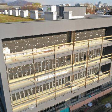 Prikaz gradbišča iz sprednje strani