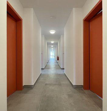 Hodnik z vrati levo in desno v posamezne prostore.