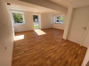 Dnevni prostor stanovanjskega bloka brez pohištva in elementov.