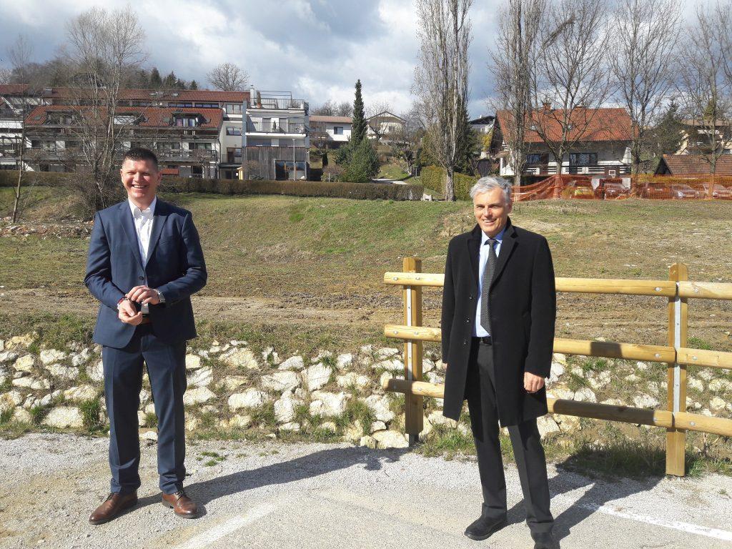 Na sliki sta direktor Stanovanjskega sklada RS, mag. Črtomir Remec in župan občine Šmarje pri Jelšah, Matija Čakš.