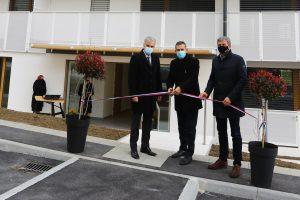 Otvoritev zgradbe oskrbovanih stanovanj Krško. Na sliki od leve proti desni g. Remec, direktor SSRS, župan občine Krško in direktro podjetja Kostak.